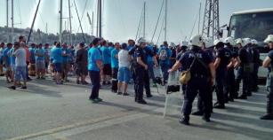 Με καΐκια μεταφέρονται οι βάρδιες των εργαζομένων στη Β.Φ.Λ. – Μεγάλη ένταση από το πρωί στο λιμάνι